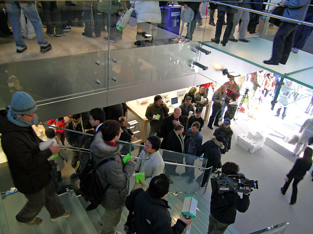 AppleStoreStairs_050122